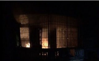 Tin nhanh - Nhà bị cháy được dập tắt, nửa đêm ngọn lửa bùng phát trở lại