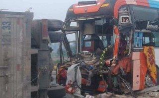 Tin nhanh - Xe khách chở hàng chục người bẹp rúm sau va chạm mạnh với xe tải