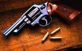 An ninh - Hình sự - Bắt đối tượng tàng trữ súng ngắn và băng đạn 6 viên khi đang đi tàu trốn vé