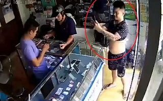 Pháp luật - Truy bắt vị khách vào cửa hàng, cầm iPhone 'tự sướng' rồi tẩu thoát