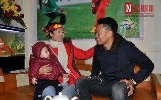 Bóng đá Việt Nam - Tuyển thủ U23 Nguyễn Thành Chung được chào đón nồng nhiệt khi về nhà