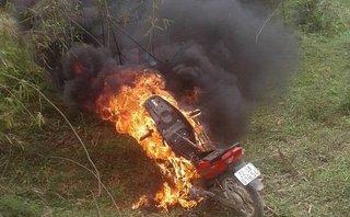 Góc nhìn luật gia - Con vi phạm giao thông bị xử lý, bố hùng hổ đến đốt xe có vi phạm pháp luật?
