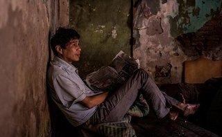 Đời sống - Người đàn ông tâm thần có sở thích đọc báo sống đơn độc trong căn nhà… rác