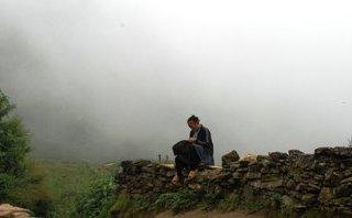 Chính trị - Xã hội - Chùm ảnh đẹp đến nao lòng: Phụ nữ vùng cao thêu yêu thương bên mỏm đá