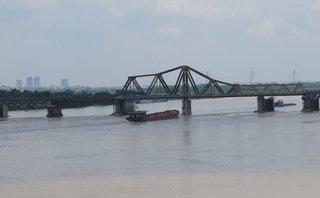 Xã hội - Phát hiện vật thể lạ giống bom nằm ở dưới cầu Long Biên