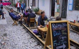 Tin nhanh - Hà Nội: Xử phạt quán cà phê bán hàng trên đường ray tàu hỏa