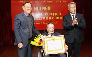 Tin tức - Chính trị - Hội Luật gia Việt Nam tổ chức trao Huy hiệu Đảng và Kỷ niệm chương cho nhiều đảng viên