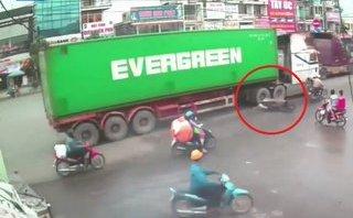 Video - Clip: Người đàn ông may mắn thoát chết khi bị container va trúng