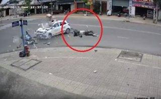 Video - Clip: Chạy xe tốc độ cao, thanh niên bị taxi tông mạnh, văng xa cả chục mét