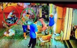 Video - Clip: Hai tên trộm dàn cảnh, 'cuỗm' xe máy giữa phố Sài Gòn
