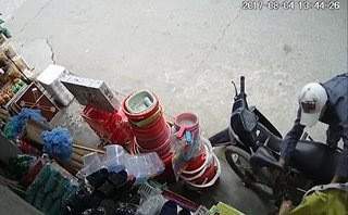 Video - Clip: 'Chê' xe máy, nam thanh niên trộm xe đạp trước cửa hàng tạp hóa