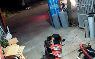 Video - Clip: Trộm táo tợn bẻ khóa 'cuỗm' xe máy chỉ trong 3 giây