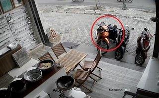 Pháp luật - Clip: Trộm dùng thủ đoạn khó lường để bẻ khóa, 'cuỗm' xe giữa phố