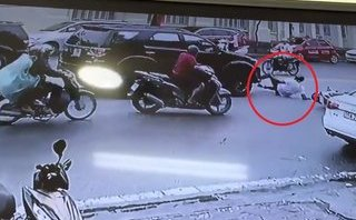 Video - Clip: Phanh gấp, nam thanh niên trượt ngã trước đầu ô tô