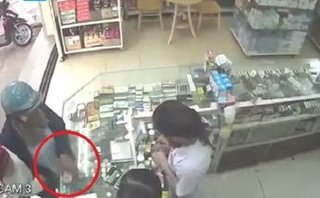 Pháp luật - Clip: 'Nữ quái' thản nhiên trộm iPhone 7 ngay trước mặt nhân viên