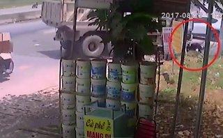 Video - Clip: Cố vượt xe ben đang vào cua, nam sinh bị cuốn vào gầm