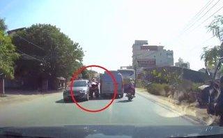 Video - Clip: Vượt ẩu, người phụ nữ thoát chết khó tin giữa hai ô tô