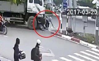 Video - Clip: Dừng chờ đèn đỏ, 2 xe máy bị xe tải tông trúng