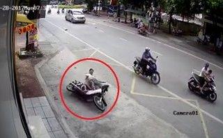 Video - Clip: Lao vào đầu ô tô, 'quái xế' trượt dài hàng chục mét trên đường