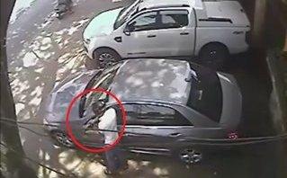 Video - Clip: Thanh niên trộm mặt gương xe Mercedes chỉ trong 10 giây