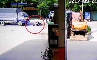 Video - Clip: Va chạm với xe máy, 3 người tử vong dưới gầm xe tải