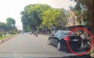 Video - Clip: Quay đầu ẩu, ôtô tông ngã người đi đường rồi thản nhiên bỏ chạy