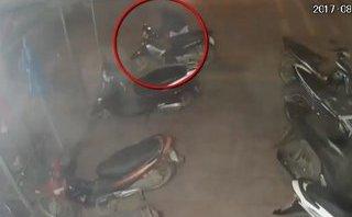 Video - Clip: Trộm bẻ khóa, 'cuỗm' xe trước cửa quán internet trong 5 giây