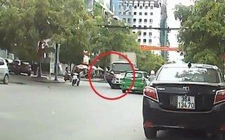 Video - Clip: Qua đường bị xe tải tông trúng, cụ bà may mắn thoát chết