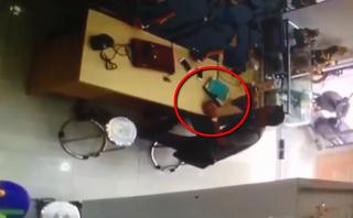 Video - Clip: Thanh niên trộm iPhone cực tinh vi trong cửa hàng điện thoại