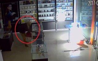 Video - Clip: Trộm cắt cửa, đột nhập vào cửa hàng 'cuỗm' hàng chục điện thoại