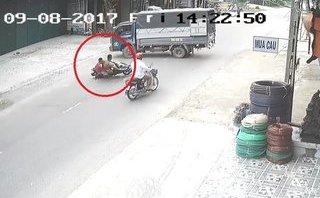 Video - Clip: Không làm chủ tốc độ, hai thanh niên lao thẳng vào xe tải