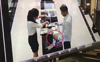 Video - Clip: 2 người nước ngoài qua mặt nhân viên trộm đồng hồ 238 triệu