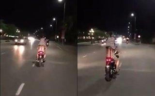 Video - Clip: Thót tim cảnh cha vô tư lái xe máy chở con gái đứng phía sau