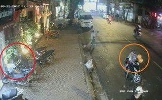Pháp luật - Clip: Đôi nam nữ chở theo trẻ nhỏ, dàn cảnh trộm xe giữa phố Sài Gòn