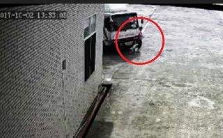 Video - Clip: Nữ công nhân bị xe tải cán tử vong khi đang đi bộ trong sân nhà máy