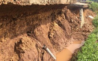 Video - Clip: Đường bê tông mới đưa vào sử dụng đã nứt toác, sụt lún 90m