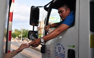 Video - Clip: Tài xế lại dùng tiền lẻ trả phí qua trạm BOT tuyến tránh Biên Hòa