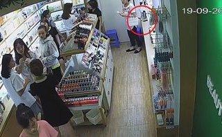 Pháp luật - Clip: Nữ quái vờ mua hàng rồi trộm iPhone 6 trong shop mỹ phẩm