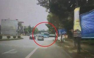 Video - Clip: 'Hung thần' tông văng xe khách ngay giữa ngã tư ở Việt Trì