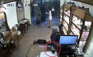 Video - Clip: Người đàn ông cố tình dàn cảnh để bé trai trộm iPhone