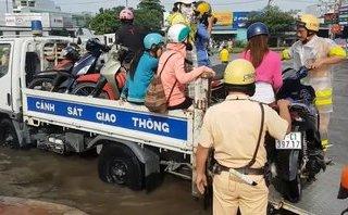 Video - Clip: Vòng xoay An Lạc ngập nước và hành động đẹp của CSGT