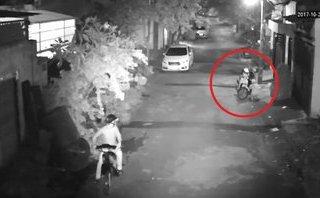 Hình sự - Clip: Trộm phá hai lớp khóa, 'cuỗm' xe máy trước cửa nhà dân