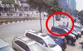 Xa lộ - Clip: Khoảnh khắc Audi tông trúng người đi bộ rồi húc đổ cột đèn