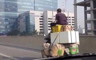 Xa lộ - Clip: Hoảng hồn cảnh xe máy vô tư 'làm xiếc' trên đường vành đai 3