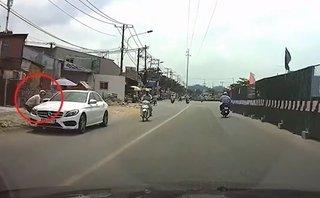 Hình sự - Clip: Mercedes đỗ dưới lòng đường bị trộm vặt gương trong 30 giây