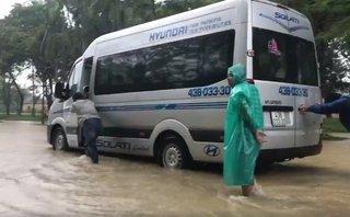 Mới- nóng - Clip: Thành phố Huế chìm trong biển nước, ôtô chết máy giữa đường
