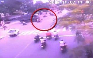 Xa lộ - Clip: Tạt đầu xe tải chạy cùng chiều, người phụ nữ bị cán tử vong