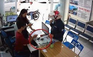 Hình sự - Clip: Vờ mua vé, 'nữ quái' trộm Samsung S8 trước mặt nhân viên