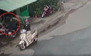 Hình sự - Clip: Người đàn ông bị cướp giật iPhone 7 Plus ngay trước cửa nhà