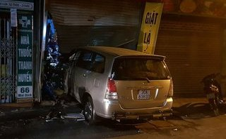 Mới- nóng - Clip: Tài xế cố tình nhấn ga tông nát cửa nhà dân lúc nửa đêm